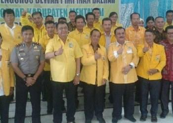Hendra Irwan Rahim saat melantik pengurus DPD Golkar Mentawai. (ers)