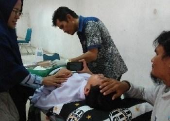 Salah seorang peserta khitan yang digelar Baznas Padangpanjang. (de)