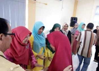 Ketua Umum LKKS Sumbar, Nevi Zuairina menyerahkan paket sembako dari berbagai instansi dan perusahaan untuk warga kurang mampu di Tanjung Mutiara Agam, Minggu (27/5).