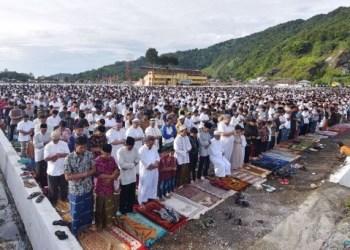 Ribuan jemaah melaksanakan Shalat Id di lapangan Bancah Laweh, Padang Panjang. (de)