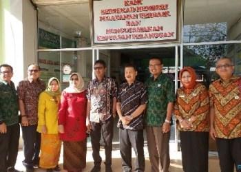 Gubernur Sumbar Irwan Prayitno melakukan sidak ke kantor Dinkes Sumbar. (foto: humas)