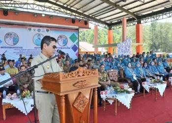 Gubernur Sumbar Irwan Prayitno saat memberikan sambutan saat kegiatan jambore terpadu Kader PKK berprestasi, pencangan BBRGM, gelar TTG,penyuluhan kesehatan dan jambore IMP-PLKB tingkat Provinsi Sumbar tahun 2018, Senin (16/7) di Pantai Carocok, Painan.
