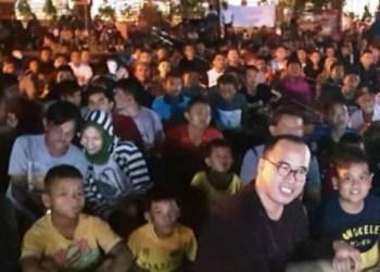 Dr. H Alirman Sori berbaur bersama warga pecinta sepakbola menyaksikan laga final Piala Dunia 2018 di Taman Spora Painan, Minggu (15/7) malam. (foto:Wem WH)