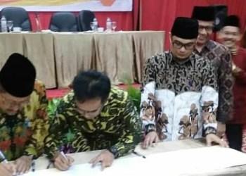 Penandatanganan berita acara penetapan paslon terpilih Pilkada Padang 2018, Rabu (25/7). (ist)