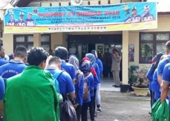 Serahterima mahasiswa KKN Unitas Padang di Kecamatan Sintoga Padangpariaman, Senin (9/7). (ncim)