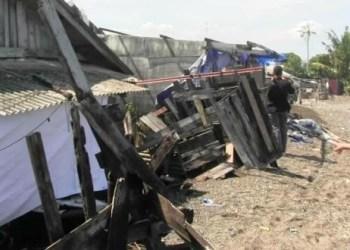 Rumah warga di Ulakkarang Utara Kota Padang yang rusak dihantam gelombang pasang, Kamis (26/7). (dio)