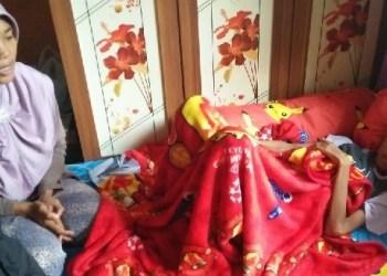 Arif, bocah penderita gagal ginjal bersama sang bunda. (de)