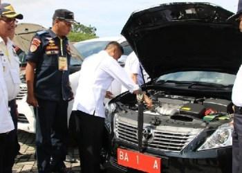 Cek fisik terhadap kendaran dinas milik Walikota Padang. (foto: humas)