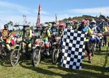 Bupati Agam, Indra Catri melepas ribuan rider dalam Jelajah Alam di Puncak Lawang, Minggu (2/9). (fajar)