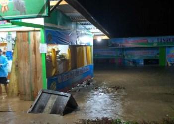 Banjir menggenangi rumah dan kedai warga di Pasaman, Kamis (11/10) malam. (riki)