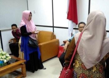 Wakil Ketua dan Sekretaris Komisi V DPRD Sumbar menerima kedatangan belasan pelamar CPNS Pemko Padang yang gagal dalam tahap seleksi administrasi, Rabu (24/10). (fdc)
