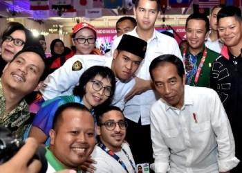 Presiden Jokowi berfoto bersama para atlet saat meninjau pertandingan Asian Para Games. (Foto: BPMI)