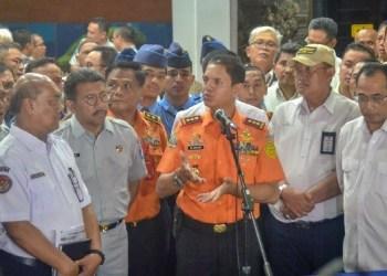 Kepala Basarnas M. Syaugi didampingi Menhub menyampaikan keterangan pers, di Crisis Center Terminal I Bandara Soekarno Hatta, Tangerang, Banten, Senin (29/10) malam. (Foto: Humas)