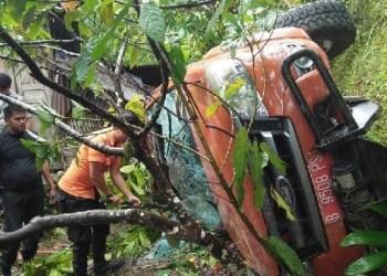 Mobil BNPB Padangpanjang masuk jurang saat hendak memberi bantuan penangangan korban banjir bandang di Lintau Buo. (de)