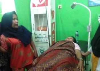 Nurmailis (41) terbaring di Puskesmas Inderapura untuk menjalani perawatan setelah ditusuk suaminya dengan pisau, Selasa (6/11). Setelah menusuk isterinya, suami Nurmailis ditemukan tewas gantung diri. (ist)