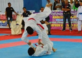 Atlet karate Kota Padang di ajang Porprov XV. (der)