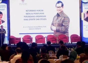 Seskab Pramono Anung menyampaikan keynote speech pada Seminar Nasional Reformasi Hukum, di Hotel Grand Hyatt, Jakarta, Rabu (28/11) siang. (Foto: humas)