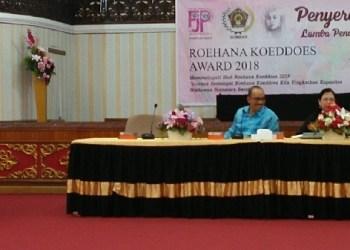 Leonardy Harmainy memberikan arahan pada acara penyerahan Roehana Koeddoes Award 2018. (rin)