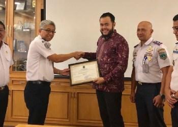 Wako Padangpanjang menerima akreditasi UPT PKB Dishub Kota Padangpanjang. (de)