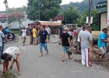 Masyarakat RW 02 Jalan Palinggam Pasa Gadang melakukan gotong royong membersihkan lingkungan dan drainase. (baim)