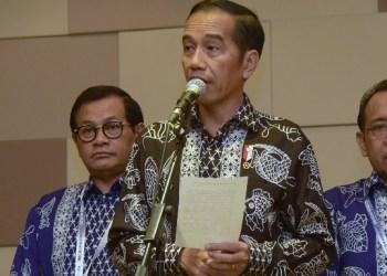 Presiden Jokowi menjawab wartawan usai meninjau Gudang Bulog, di Perum Bulog Divre DKI Jakarta, Kelapa Gading, Jakarta Utara, Kamis (10/1) pagi. (Foto: Humas)