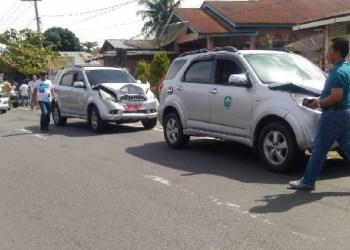 Empat mobil milik Pemkab Pasaman mengalami kecelakaan beruntun, Selasa (29/1). (riki)