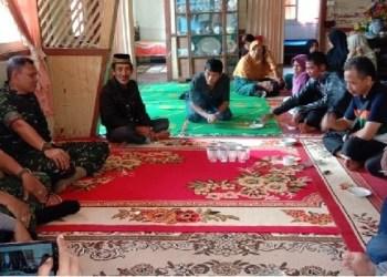 Dandim Tanah Datar mengunjungi keluarga santri korban pengeroyokan. (ries)