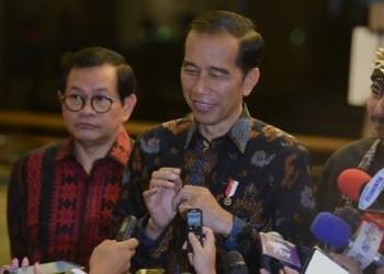 Presiden Jokowi menjawab wartawan usai menghadiri Gala Dinner Peringatan HUT ke-50, di Hotel Grand Sahid Jaya, Jakarta, Senin (11/2) malam. (Foto: Humas)