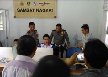 Pengecekan kelancaran aplikasi oleh Kanit Regident Ipda Wi Hadi bersama tim dari Dirlantas Polda Sumbar di SAMSAT NAGARI Air Bangis. (Dok. Istimewa)