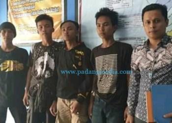 Kasi Rehabilitasi Sosial DInsos PPA Pesisir Selatan Harmen Sabri mendampingi empat pemuda asal Bengkulu untuk difasilitasi kepulangannya kembali ke kampungnya. (ist)