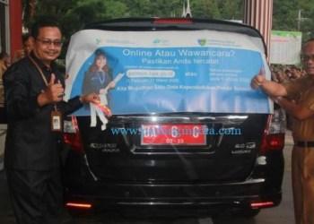 Mobil dinas Sekdakab Pessel ditempeli stiker Sukseskan Sensus Penduduk 2020. (ist)