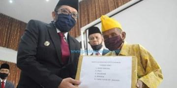 Wakil Wali Kota Padang Hendri Septa memberikan paket bantuan pada saat peringatan 74 tahun gugurnya Pahlawan Nasional Bagindo Aziz Chan, Minggu (19/7/2020). (Dok. Kominfo Padang)