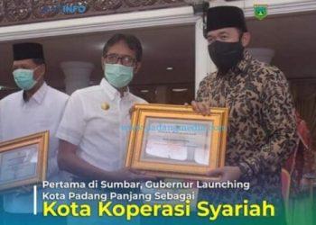 Gubernur Sumbar Irwan Prayitno menyerahkan penghargaan kepada Wali Kota Padangpanjang Fadly Amran dalam peringatan Hari Koperasi ke 73, Rabu (22/7/2020). (Dok. Kominfo Padangpanjang)