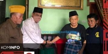 Penyerahan bantuan sembako dari Pemko Padangpanjang untuk veteran perang kemerdekaan, Jumat (14/8/2020). (Kominfo Padangpanjang)