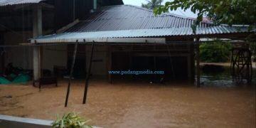 Banjir di Painan merendam rumah warga dan memaksa warga mengungsi, Rabu (23/9/2020) sore. (ist)