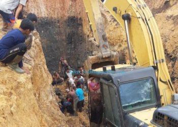 Proses evakuasi korban longsor di Tanjung Lalang, Muara Enim. (BNPB)