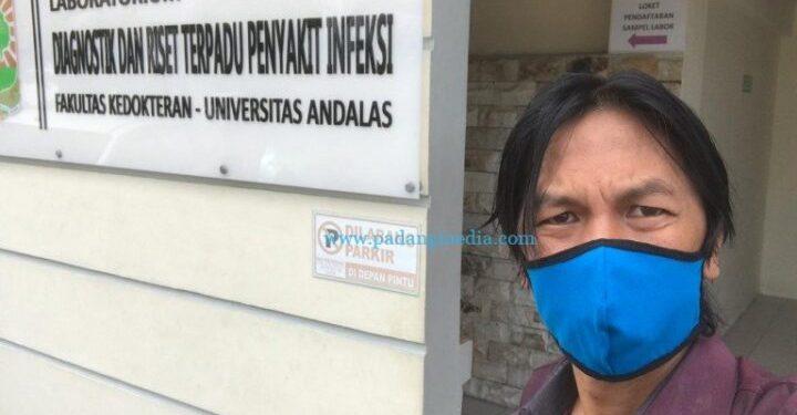 Ketua IJTI Sumbar Jhon Nedy Kambang di Labor Diagnostik dan Riset Terpadu Penyakit Infeksi Fakultas Kedokteran Unand. (Dok. Pribadi)