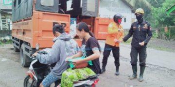 Ratusan warga mengungsi saat terjadi luncuran awan panas Gunung Semeru, Selasa dini hari. (BNPB)