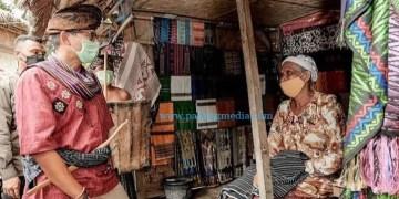 Menparekraf RI Sandiaga Salahuddin Uno berdialog dengan pelaku usaha kreatif dalam kunjungan ke NTB. (ist)