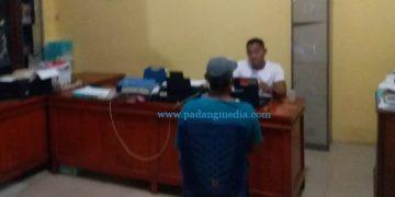Seorang diduga peserta demo yang kedapatan membawa pisau sedang menjalani pemeriksaan di ruang penyidik Polres Pessel. (Zal)