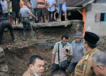 Bupati Pasaman Benny Utama meninjau jembatan yang ambruk di Alahan Mati, Senin (12/4/2021). (Riki)