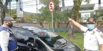 Petugas Dishub menemukan kendaraan terparkir sembarangan di dekat rambu dilarang berhenti.(Diskominfo Padang)