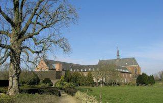 Klooster vanuit de tuin gezien