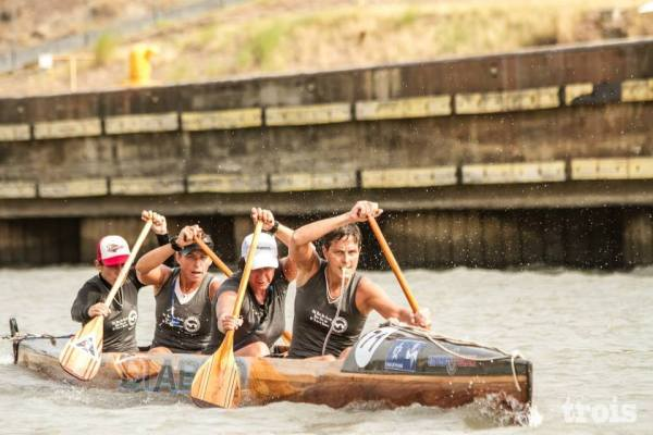 USA paddlers Cat Dailey and Sara Jordan with Canadian paddler Kamini Jain racing on a cayuco through the Panama Canal in the Ocean to Ocean Cayuco Race, 2013. Photo: Trois