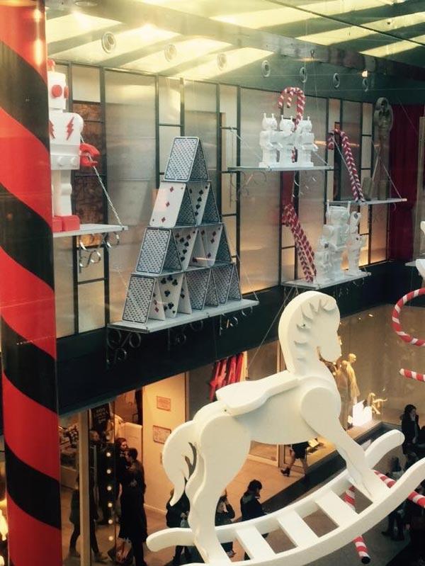 scénographie, mise en espace, visual merchandising, présentation, décor, décoration, visitation, centre commercial, wonderland, alice au pays des merveilles, cheval à bascule, cartes, sucre d'orge