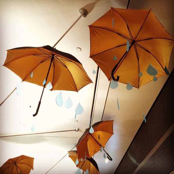 scénographie, mise en espace, visual merchandising, présentation, décor, décoration, visitation, centre commercial, wonderland, alice au pays des merveilles, parapluie, pluie