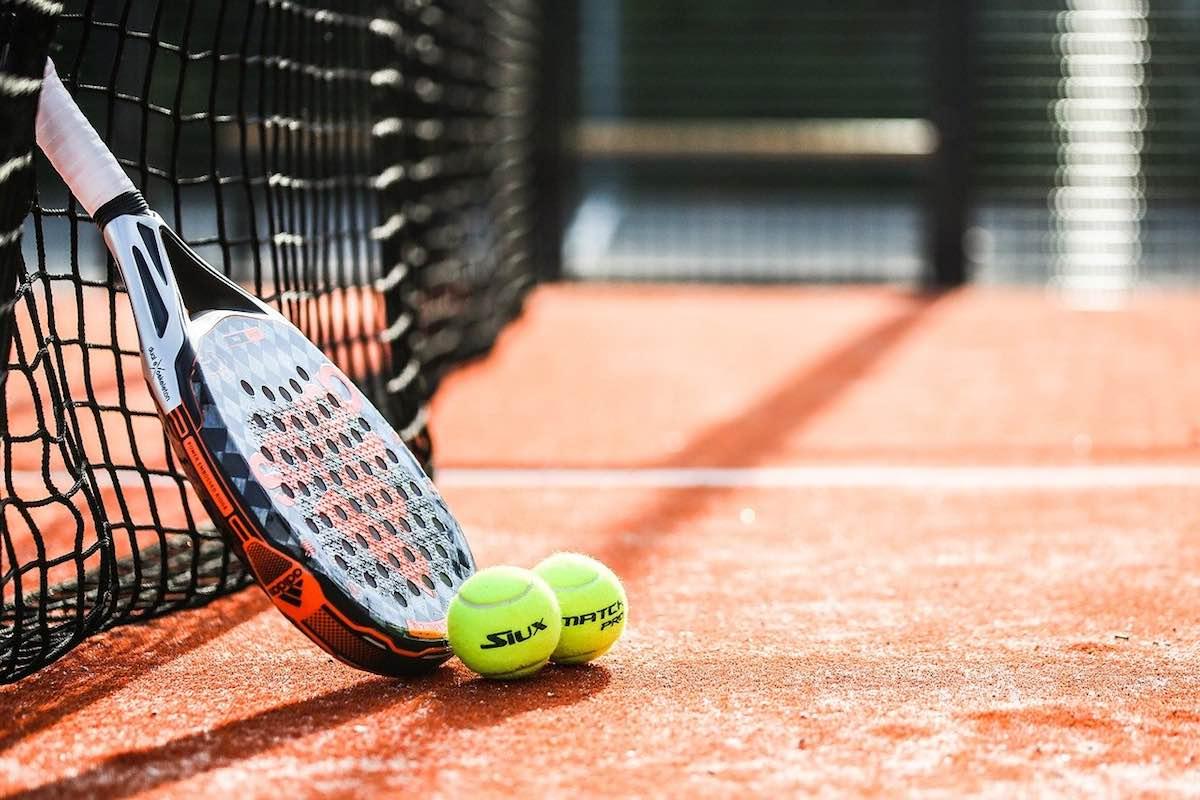 Pala y 2 pelotas Consejos para mejorar el control de bola en cada golpe de padel