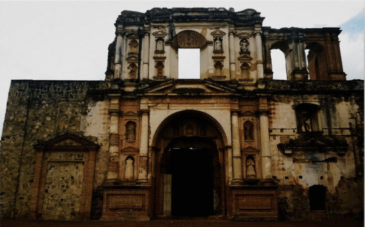 Frontal image of a building in ruins in Antigua Guatemala