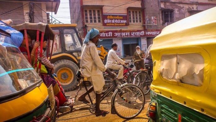 transporte en la India tuk tuk