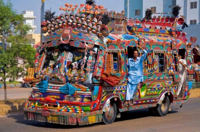 por que en pakistan decoran los camiones